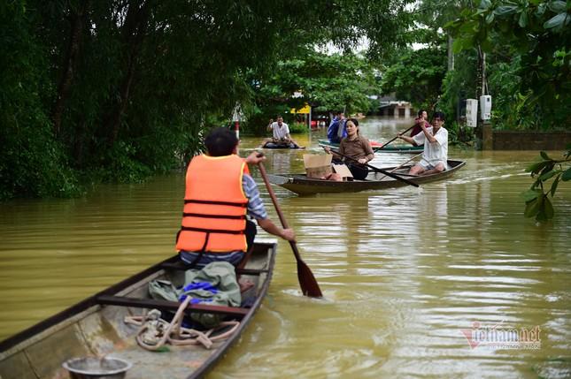 Lũ lớn lịch sử ở Quảng Bình, người dân leo nóc nhà chờ ứng cứu ảnh 12