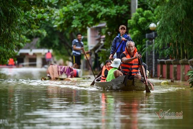 Lũ lớn lịch sử ở Quảng Bình, người dân leo nóc nhà chờ ứng cứu ảnh 13