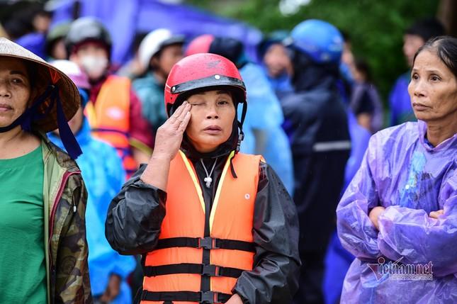 Lũ lớn lịch sử ở Quảng Bình, người dân leo nóc nhà chờ ứng cứu ảnh 14