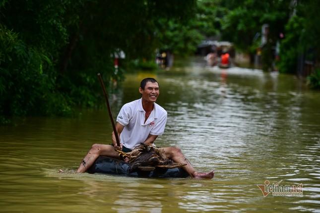 Lũ lớn lịch sử ở Quảng Bình, người dân leo nóc nhà chờ ứng cứu ảnh 15