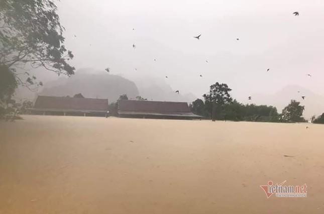 Lũ lớn lịch sử ở Quảng Bình, người dân leo nóc nhà chờ ứng cứu ảnh 18