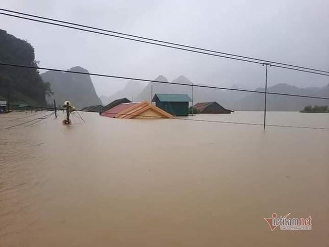 Lũ lớn lịch sử ở Quảng Bình, người dân leo nóc nhà chờ ứng cứu ảnh 20