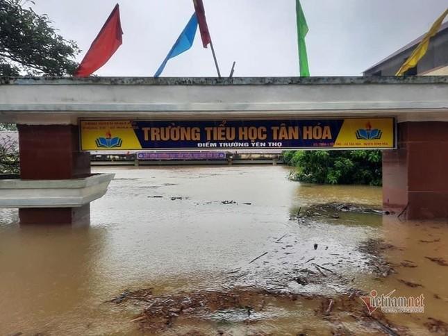 Lũ lớn lịch sử ở Quảng Bình, người dân leo nóc nhà chờ ứng cứu ảnh 21
