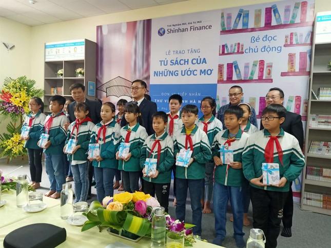 Shinhan Finance trao tặng 'Tủ sách của những ước mơ' cho Thư viện Tỉnh Hà Nam ảnh 1