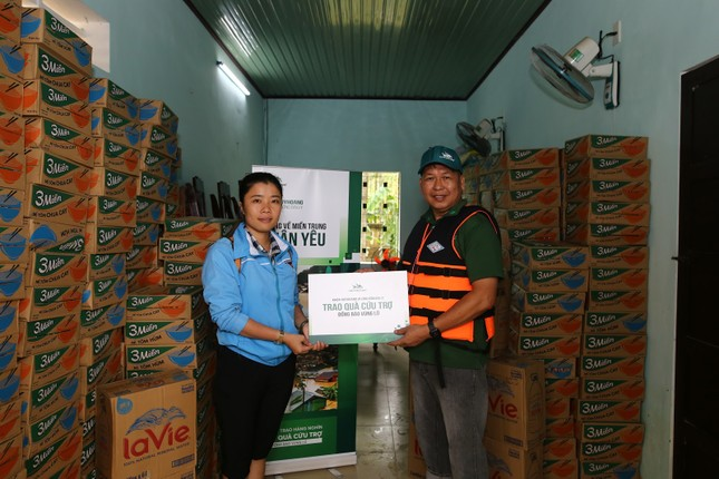 Khóa Huy Hoàng và cộng đồng đại lý trao hàng ngàn suất quà cứu trợ tới đồng bào vùng lũ ảnh 2