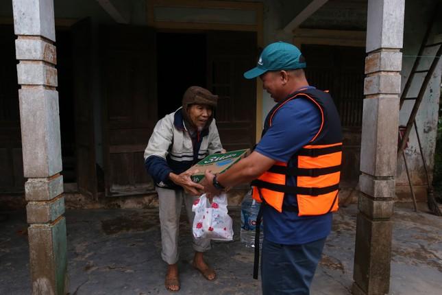 Khóa Huy Hoàng và cộng đồng đại lý trao hàng ngàn suất quà cứu trợ tới đồng bào vùng lũ ảnh 5