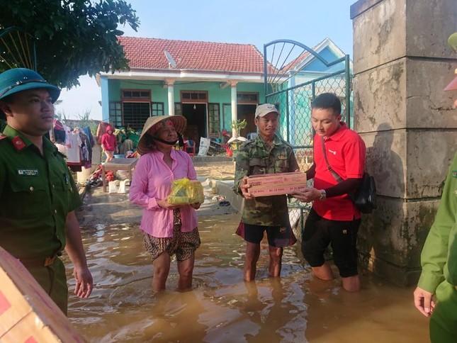 Vietlott cùng Trung đoàn Cảnh sát cơ động Bắc Trung Bộ cứu trợ tại Hà Tĩnh, Quảng Bình ảnh 4
