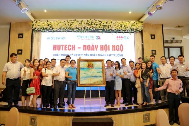 Cựu sinh viên HUTECH tặng hơn 250 triệu cho sinh viên và đồng bào miền Trung ảnh 1