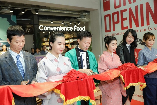 Top 35 hoa hậu Việt Nam 2020 tham dự lễ khai trương Yen Market ảnh 1