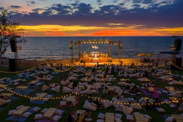Mãn nhãn bữa tiệc âm nhạc ngắm hoàng hôn đẹp nhất Việt Nam ở Vinpearl Phú Quốc ảnh 1