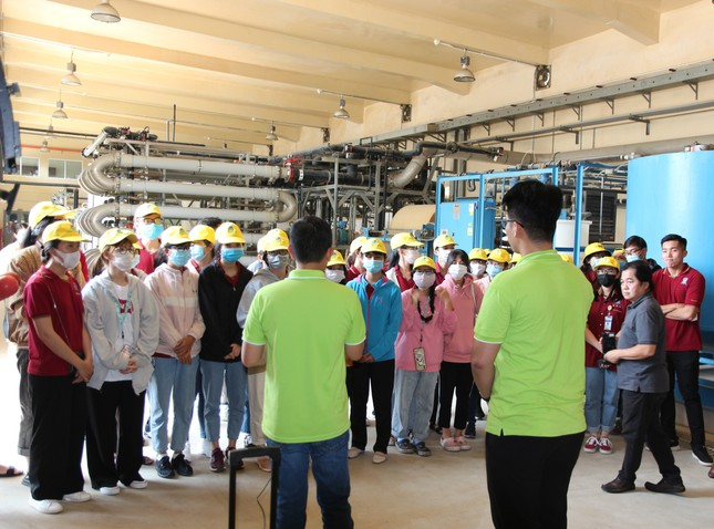 40 sinh viên ĐH Nguyễn Tất Thành tìm hiểu quy trình vận hành và xử lý chất thải của VWS ảnh 2
