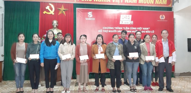 """1 tỉ đồng từ Chương trình """"Lên cùng Việt Nam"""" được trao cho người dân các tỉnh miền Trung ảnh 1"""