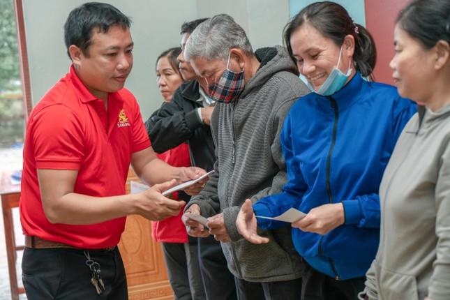 """1 tỉ đồng từ Chương trình """"Lên cùng Việt Nam"""" được trao cho người dân các tỉnh miền Trung ảnh 2"""