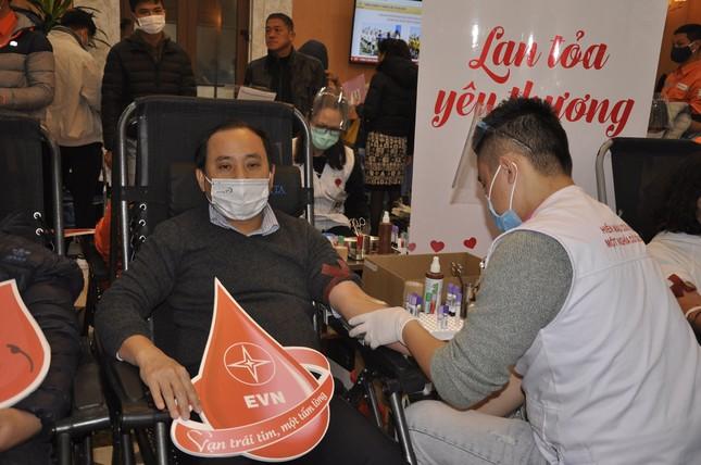 Gần 600 đơn vị máu được hiến tại 'Tuần lễ hồng EVNHANOI năm 2020' ảnh 2
