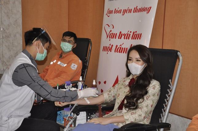 Gần 600 đơn vị máu được hiến tại 'Tuần lễ hồng EVNHANOI năm 2020' ảnh 5