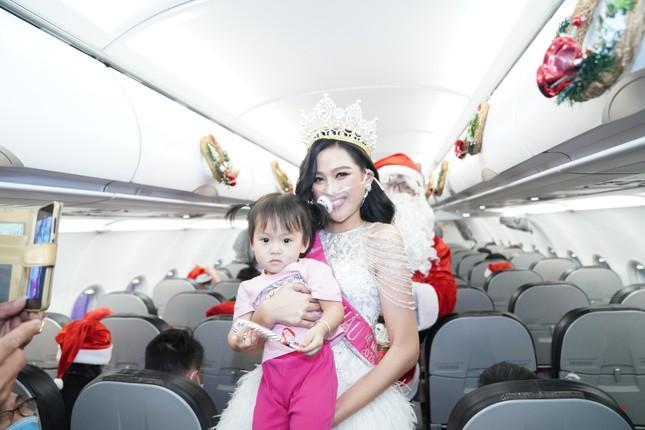 Cùng Hoa hậu Việt Nam Đỗ Thị Hà đón Giáng sinh cổ tích trên độ cao 10.000 mét ảnh 10