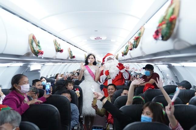 Cùng Hoa hậu Việt Nam Đỗ Thị Hà đón Giáng sinh cổ tích trên độ cao 10.000 mét ảnh 11