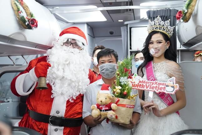 Cùng Hoa hậu Việt Nam Đỗ Thị Hà đón Giáng sinh cổ tích trên độ cao 10.000 mét ảnh 12