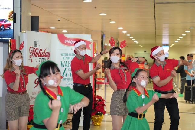 Cùng Hoa hậu Việt Nam Đỗ Thị Hà đón Giáng sinh cổ tích trên độ cao 10.000 mét ảnh 2
