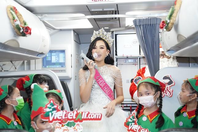 Cùng Hoa hậu Việt Nam Đỗ Thị Hà đón Giáng sinh cổ tích trên độ cao 10.000 mét ảnh 7