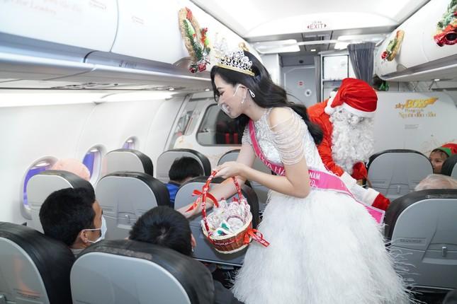 Cùng Hoa hậu Việt Nam Đỗ Thị Hà đón Giáng sinh cổ tích trên độ cao 10.000 mét ảnh 8