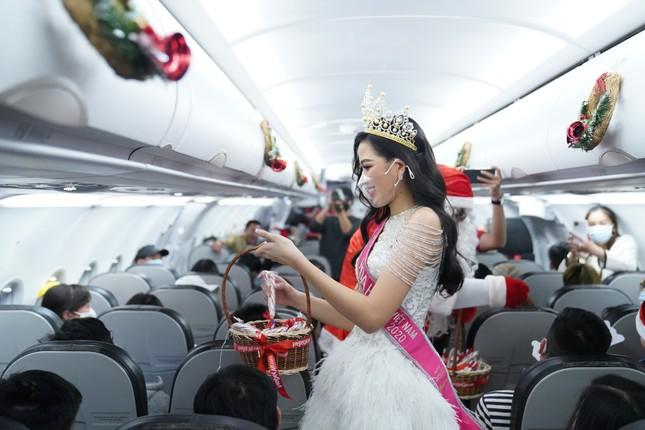 Cùng Hoa hậu Việt Nam Đỗ Thị Hà đón Giáng sinh cổ tích trên độ cao 10.000 mét ảnh 9