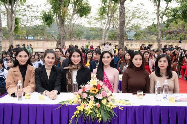 Hình ảnh đẹp của Đỗ Thị Hà và các Hoa hậu Việt Nam khi về thăm trường cũ ảnh 1