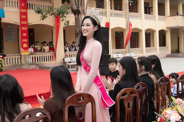 Hình ảnh đẹp của Đỗ Thị Hà và các Hoa hậu Việt Nam khi về thăm trường cũ ảnh 2