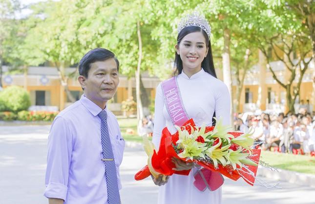 Hình ảnh đẹp của Đỗ Thị Hà và các Hoa hậu Việt Nam khi về thăm trường cũ ảnh 4