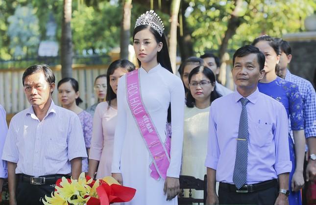 Hình ảnh đẹp của Đỗ Thị Hà và các Hoa hậu Việt Nam khi về thăm trường cũ ảnh 5