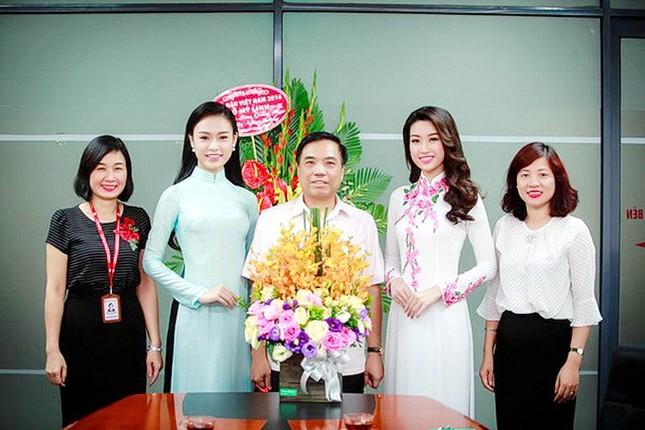Hình ảnh đẹp của Đỗ Thị Hà và các Hoa hậu Việt Nam khi về thăm trường cũ ảnh 7