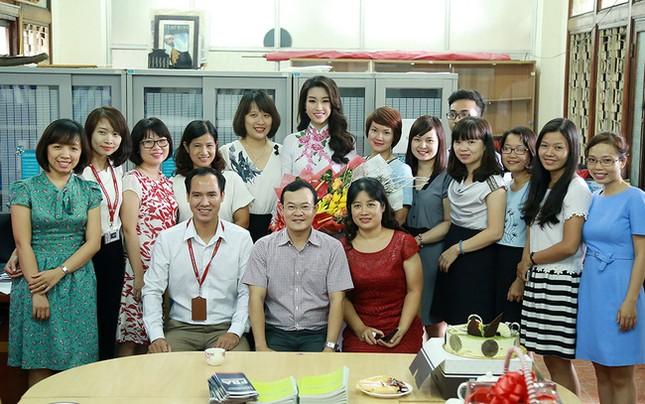 Hình ảnh đẹp của Đỗ Thị Hà và các Hoa hậu Việt Nam khi về thăm trường cũ ảnh 8