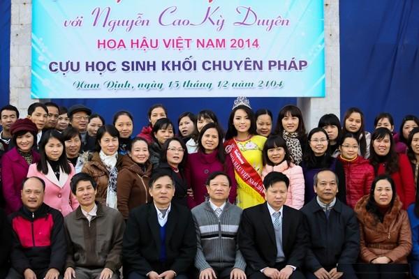 Hình ảnh đẹp của Đỗ Thị Hà và các Hoa hậu Việt Nam khi về thăm trường cũ ảnh 10