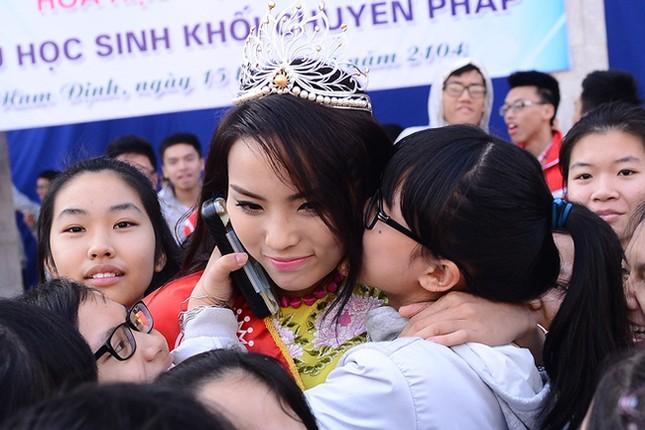 Hình ảnh đẹp của Đỗ Thị Hà và các Hoa hậu Việt Nam khi về thăm trường cũ ảnh 11