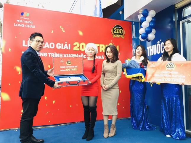 Vượt mốc 200 nhà thuốc, FPT Long Châu trao 200 triệu đồng cho khách hàng may mắn ảnh 1