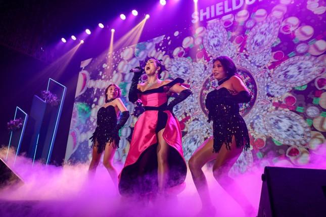 Ca sĩ Phương Vy Idol nồng nàn trình diễn nhiều ca khúc trong sự kiện ra mắt sản phẩm mới của Hush & Hush ảnh 4