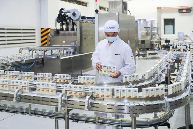 Vinamilk 'xông đất' 2021 với lô hàng lớn gồm sữa hạt và sữa đặc xuất khẩu đi Trung Quốc ảnh 1