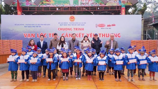 Cùng nghệ sĩ Hoài Linh mang Tết đến sớm với trẻ em nghèo tỉnh Điện Biên ảnh 1
