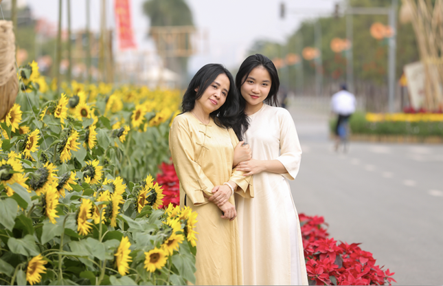 Áo dài Việt khoe sắc tại đường hoa Home Hanoi Xuan ảnh 3
