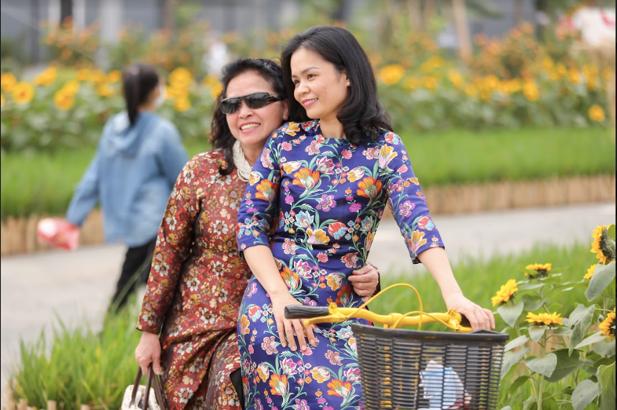 Áo dài Việt khoe sắc tại đường hoa Home Hanoi Xuan ảnh 4