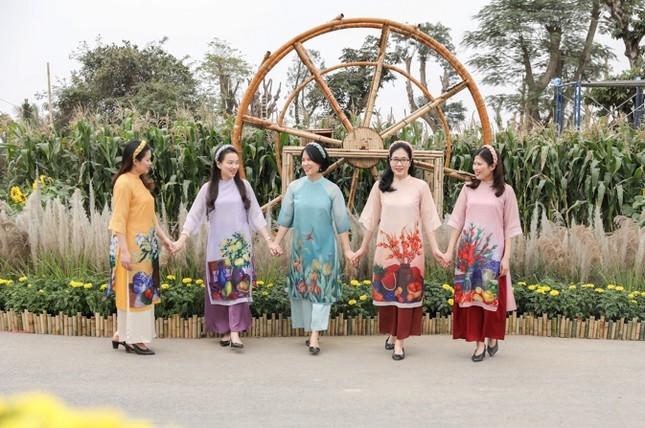 Áo dài Việt khoe sắc tại đường hoa Home Hanoi Xuan ảnh 5