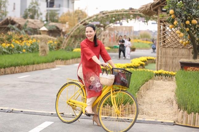 Áo dài Việt khoe sắc tại đường hoa Home Hanoi Xuan ảnh 6