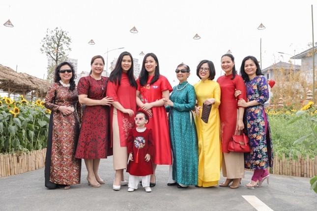 Áo dài Việt khoe sắc tại đường hoa Home Hanoi Xuan ảnh 9