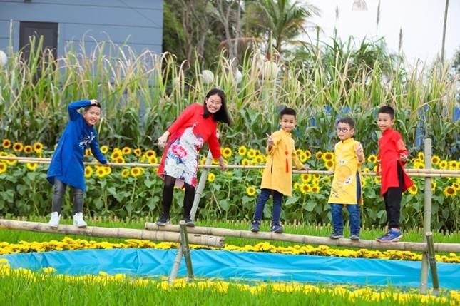 Áo dài Việt khoe sắc tại đường hoa Home Hanoi Xuan ảnh 10