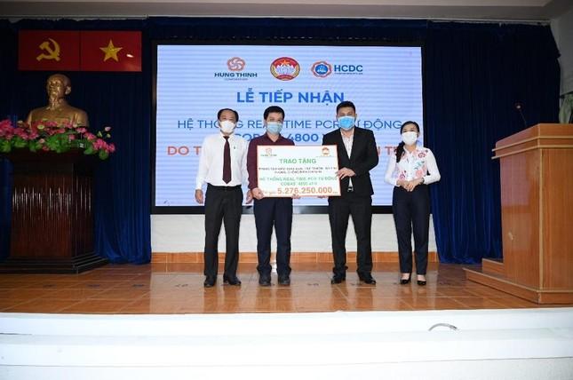 Tập đoàn Hưng Thịnh trao tặng hệ thống máy xét nghiệm COVID-19 tự động trị giá gần 5,3 tỷ đồng cho TP.HCM ảnh 1
