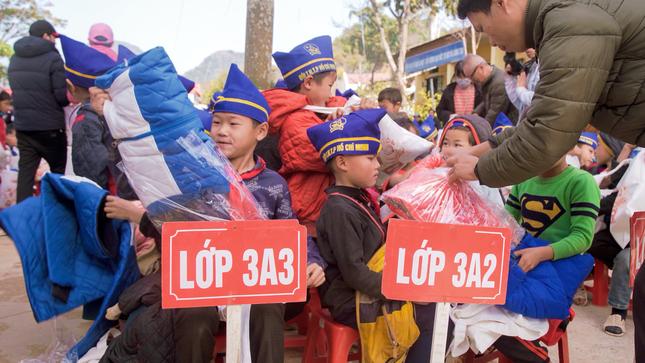 Cùng nghệ sĩ Hoài Linh mang Tết đến sớm với trẻ em nghèo tỉnh Điện Biên ảnh 2
