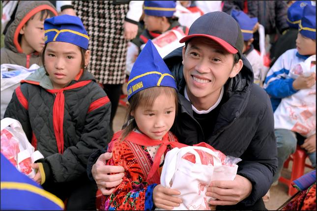 Cùng nghệ sĩ Hoài Linh mang Tết đến sớm với trẻ em nghèo tỉnh Điện Biên ảnh 3