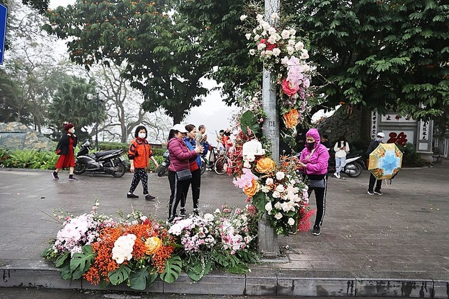 Hơn 100 Cột đèn 'nở hoa' giữa trung tâm Hà Nội ảnh 1