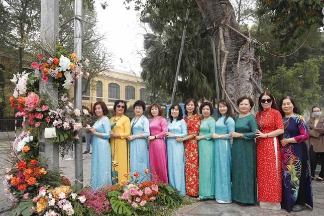 Hơn 100 Cột đèn 'nở hoa' giữa trung tâm Hà Nội ảnh 2