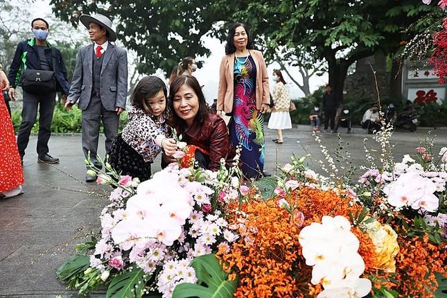Hơn 100 Cột đèn 'nở hoa' giữa trung tâm Hà Nội ảnh 3